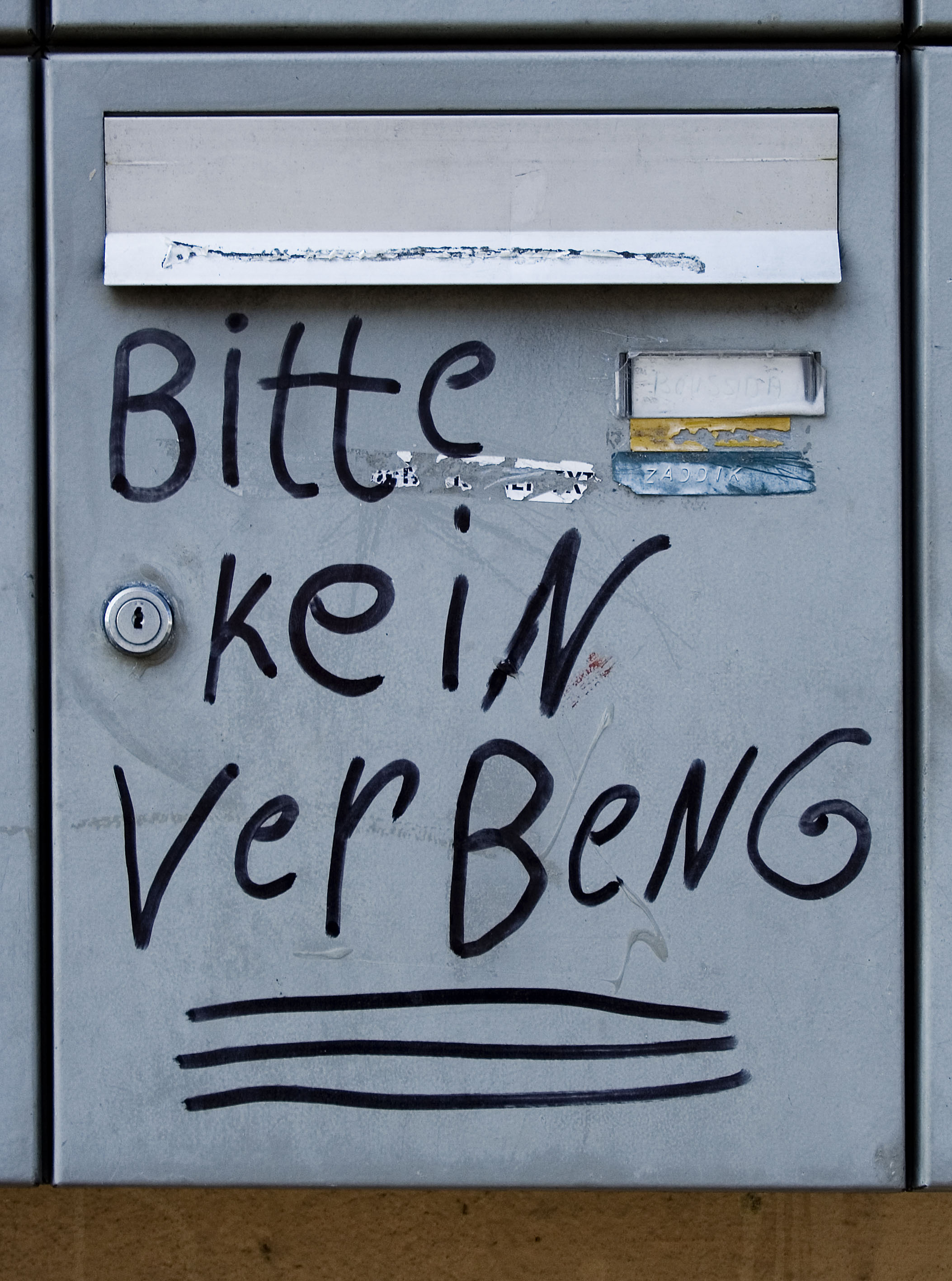 "Briefkasten mit falsch geschreibener Bitte: BITTE KEINE WEBUNG. Geschrieben ""Bitte kein Verbeng"", Reklame, Papiermuell, Verbot, PISA-Studie, Analphabetismus *** Local Caption *** +++ www.wrongside-pictures.de +++ copyright: www.wrongside-pictures.de / Frank Pindor +++"